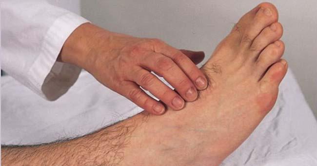 Bắt mạch mu bàn chân để chẩn đoán bệnh