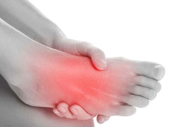 Đau âm ĩ bàn chân vào ban đêm gây khó ngủ làm suy giảm sức khỏe người bệnh