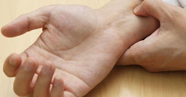 Tác động vào huyệt nội quan ngăn cản xuất tinh sớm