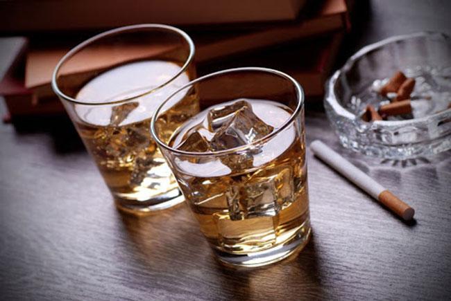Hạn chế sử dụng rượu, bia, thuốc lá để ngăn ngừa các biến chứng