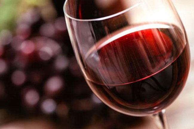 Rượu vang đỏ làm tăng hưng cảm trước quan hệ