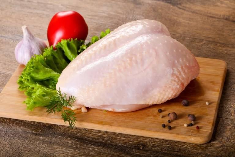 Người bị bệnh gut ăn được thịt gà nhưng chỉ nên ăn phần thịt đùi và ức đã bỏ da