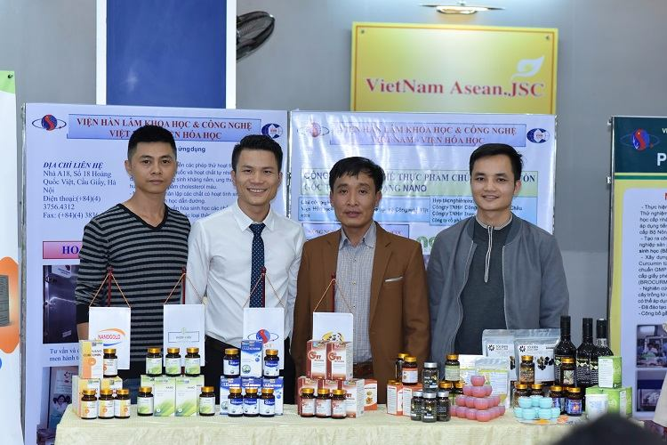 Các sản phẩm ứng dụng dược liệu Việt kết hợp giữa bài thuốc dân gian và nghiên cứu hiện đại được trưng bày tại triển lãm