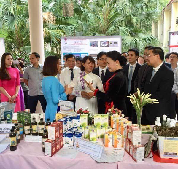Chủ tịch Quốc hội Nguyễn Thị Kim Ngân, Phó Thủ tướng Vũ Đức Đam và Bộ trưởng Bộ Khoa học và Công nghệ Chu Ngọc Anh cùng đoàn đại biểu đến thăm gian hàng của Công ty cổ phần Dược liệu Phương Đông