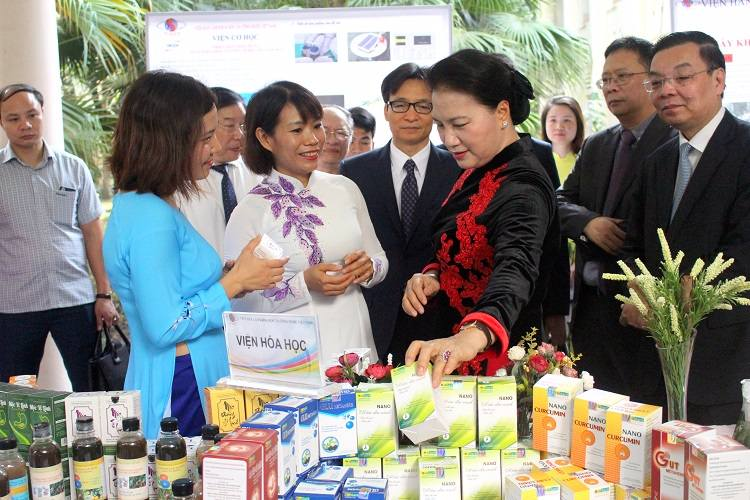 Chủ tịch Quốc Hội Nguyễn Thị Kim Ngân tham quan gian hàng của Công ty Dược liệu Phương Đông