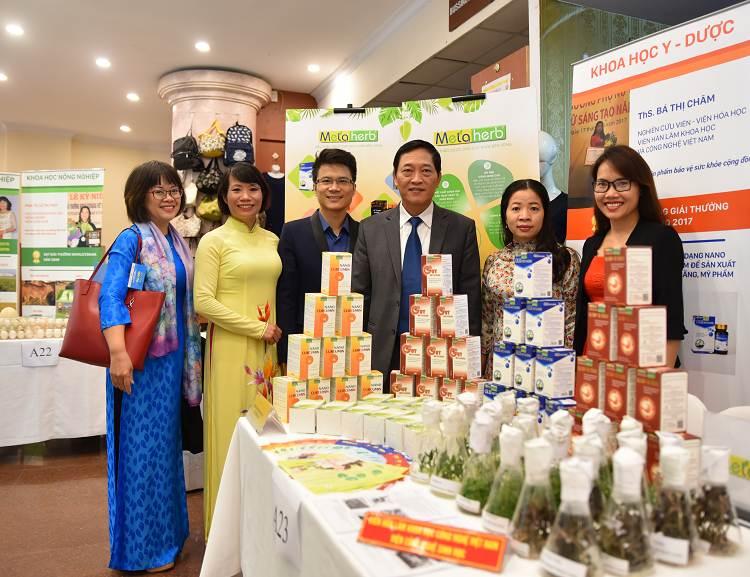Thứ trưởng Trần Văn Tùng tham quan gian hàng của Công ty Dược liệu Phương Đông